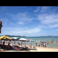 Photo taken at หาดพัทยา (Pattaya Beach) by Nusara K. on 8/14/2012