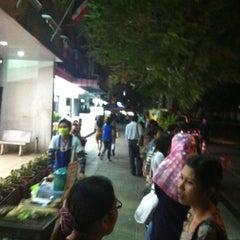 Photo taken at คิวรถตู้ สีลม-ปากเกร็ด by Yoshigu Z. on 3/9/2012