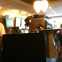 Photo taken at Starbucks by Vitoria Z. on 7/1/2012