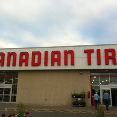 Photo taken at Canadian Tire by Bárbara M. on 7/17/2012