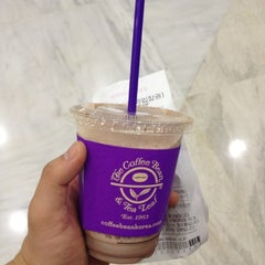 Photo taken at The Coffee Bean & Tea Leaf by Byung Wook H. on 8/10/2012