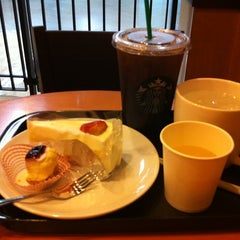 Photo taken at Starbucks (สตาร์บัคส์) by Nok N. on 7/8/2012