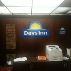 Photo taken at Days Inn by Daniel Gudiño on 9/7/2012