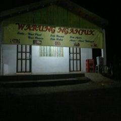 Photo taken at Warung Nasi Pecel NGANJUK by Eko S. on 3/14/2012