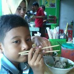 Photo taken at Bakso  Podomoro Lembang by Teguh R. on 3/11/2012