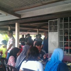 Photo taken at Kuih Udang + Nasi Ayam Tepi Padang,semenyih by Shafique T. on 3/4/2012