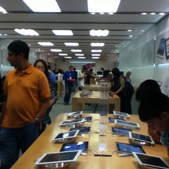 Photo taken at Apple Store, Brent Cross by Irinka A. on 8/16/2012