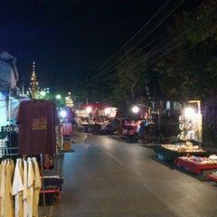 Photo taken at ถนนคนเดิน แม่ฮ่องสอน by Gopz ® on 3/11/2012