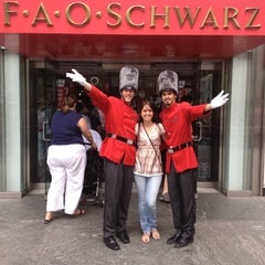 Photo taken at FAO Schwarz by Glória d. on 6/9/2012