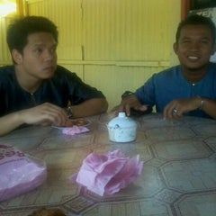 Photo taken at Warung Yan, Parit Rais by shazarul h. on 4/20/2012
