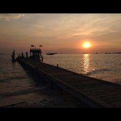 Photo taken at Mooban Talay Resort (หมู่บ้านทะเลรีสอร์ท) by Ekkasit J. on 2/18/2012