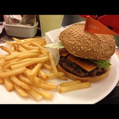 Photo taken at Eddie Fine Burgers by Alessandro B. on 6/8/2012