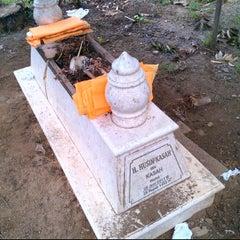 Photo taken at Makam Alm. H. Husin Kasah by Ihwanudin H. on 3/13/2012