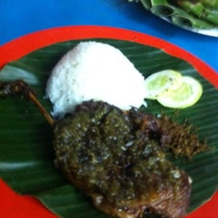 Photo taken at BEBEK GORENG SBY by Tito S. on 3/13/2012