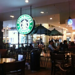 Photo taken at Starbucks by Ryu Y. on 6/20/2012