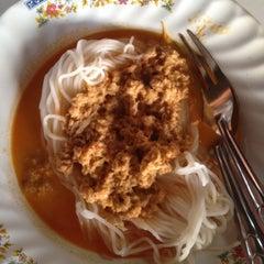 Photo taken at ร้านขนมจีนน้ำยา อู่ยา สุพรรณบุรี  by Aj Wipawee S. on 4/16/2012