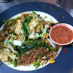 Photo taken at ข้าวผัดปูเมืองทอง ๑ (Mueang Thong Crab-meat Fried Rice 1) by imai 1. on 4/8/2012
