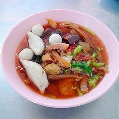 Photo taken at เย็นตาโฟ (วัดจันทร์ใน) by Ekkapoom R. on 4/24/2012