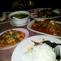 Photo taken at Barakat Tomyam Seafood by J_schaffhausen J. on 6/16/2012