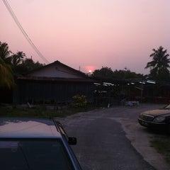 Photo taken at Restoran Gemilang Tom Yam by Alvin C. on 8/15/2012