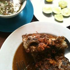 Photo taken at Coto Makassar Asuhan Ancu' Daeng Liwang by BangGowes™ on 7/5/2012