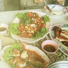 Photo taken at ไก่ย่างวรนุช by Nam P. on 6/25/2012
