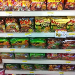Photo taken at 7-Eleven (เซเว่น อีเลฟเว่น) by 🎀🍸 Jaoha ® E. on 8/19/2012