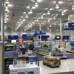 Photo taken at Best Buy by Krsna P. on 9/1/2012