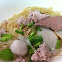 Photo taken at แซว ก๋วยเตี๋ยวหมู (Saew Noodle Shop) by Keng on 6/10/2012