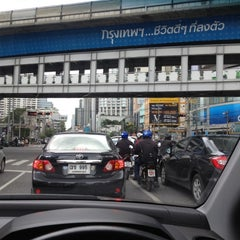 Photo taken at แยกอโศก (Asok Intersection) by MANATSAWAN S. on 8/27/2012