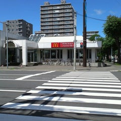 Photo taken at マクドナルド 北5西20店 by ちゃっ on 7/19/2012