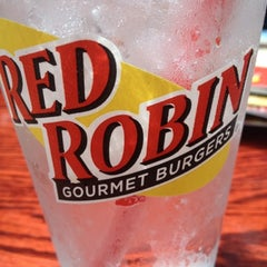 Photo taken at Red Robin Gourmet Burgers by LiLToKyO on 7/27/2012