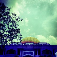 Photo taken at Masjid Saidina Abu Bakar As-Siddiq (مسجد سيدنا ابو بكر الصديق) by Hafeez A. on 8/17/2012