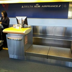 Photo taken at Delta Air Lines Ticket Counter by Melissa Joven on 4/8/2012