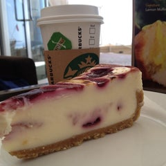 Photo taken at Starbucks | ستاربكس by F E. on 9/12/2012