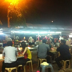 Photo taken at Jalan Ipoh Curry Mee by Michael Yee on 6/12/2012