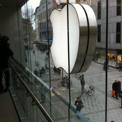 Das Foto wurde bei Apple Store von Joseph K. am 2/23/2012 aufgenommen