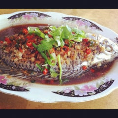 Photo taken at Restaurant Lan Je (兰姐清蒸非洲鱼) - Kepong by ShuYing on 6/2/2012