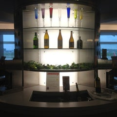 Photo taken at 国際線 JAL サクララウンジ (JAL Sakura Lounge - International Terminal) by Eugene N. on 6/24/2012