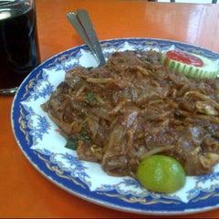 Photo taken at Restoran Jalal Yusof by Yussz Y. on 8/24/2012