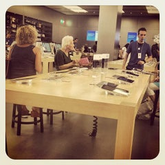 Photo taken at Apple Store, Fiordaliso by Marta M. on 9/10/2012