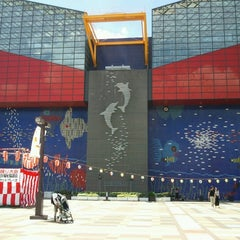 Photo taken at Osaka Aquarium Kaiyukan by Yoshihiko F. on 8/25/2012