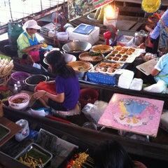 Photo taken at ตลาดน้ำวัดลำพญา (Wat Lam Phaya Floating Market) by Ravipa T. on 4/7/2012