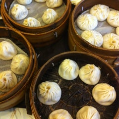 Photo taken at 南翔馒头店 | Nanxiang Steamed Bun Restaurant by vb_v on 3/10/2012