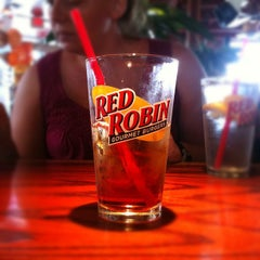 Photo taken at Red Robin Gourmet Burgers by Jebb G. on 5/26/2012