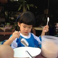 Photo taken at โจ๊กบ้านไม้ by ลูกชิ้นพอใจ P. on 2/22/2012