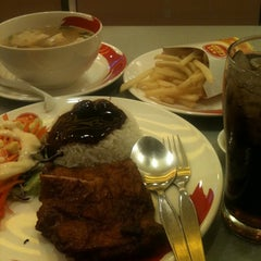 Photo taken at Chester's Grill (เชสเตอร์ กริลล์) by Nidchy O. on 4/14/2012