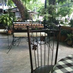 Photo taken at กาแฟราชดำเนิน (Ratchadumnern Coffee) by Jamchubuu on 5/19/2012