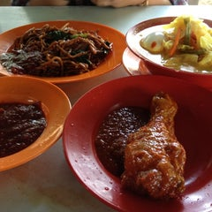 Photo taken at Warung Uncle Same by Azsuliana S. on 4/18/2012
