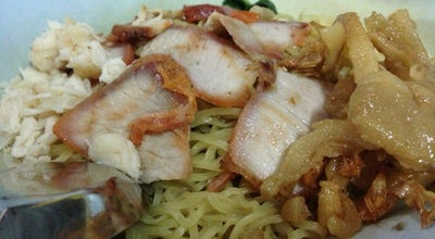Photo of Ramen / Noodle House บะหมี่เกี๊ยวปูหมูแดงเฮียอ้วน at Sukhumvit 38, Khlong Toei 10110, Thailand